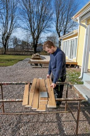 För den som har hus och gård finns alltid att göra. På lediga stunder under våren har Arvid arbetat med att bygga en altan.