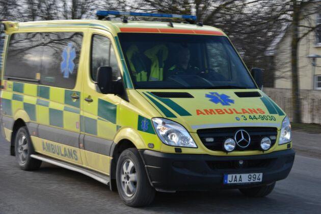 Mannen fördes till sjukhus med ambulans.