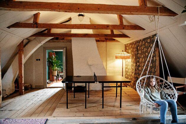 Vindsvåningen bär spår av till- och utbyggnad, bland annat genom att golvet har olika höjd.