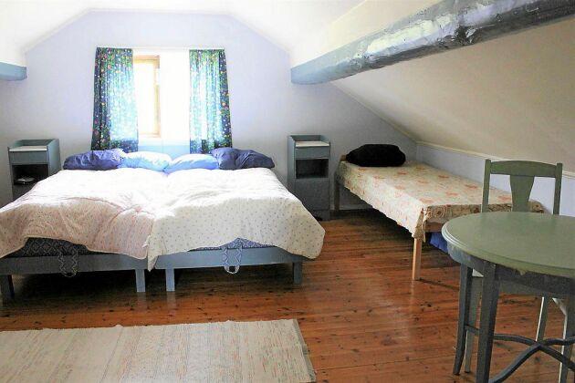 Huset har två sovrum på övervåningen.