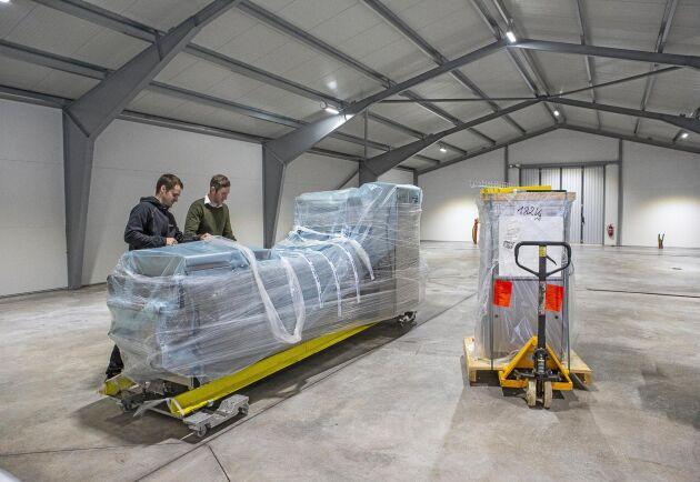 I den nya packhallen står förpackningsmaskinen och väntar på att packas upp. Ett kylrum ska också byggas.