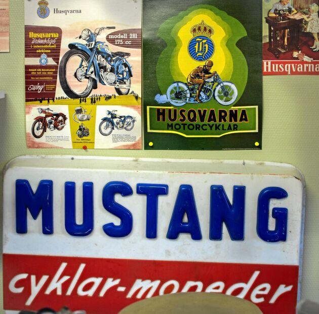 Gammeldags reklamskylt för moped- och cykeltillverkaren Mustang.