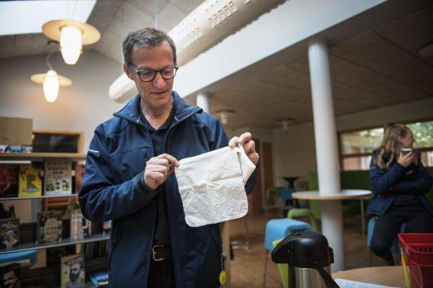 Per-Erik Larsson är växtodlingslärare på Naturbruksskolan Uddetorp i Skara. Här visar han en av de tyglappar som nu har grävts ner runt om i landet.