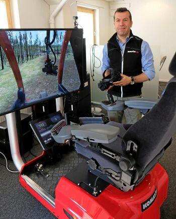 Francesco Pietroni med Komatsu Forests skogsmaskinsimulator som har VR-teknik.
