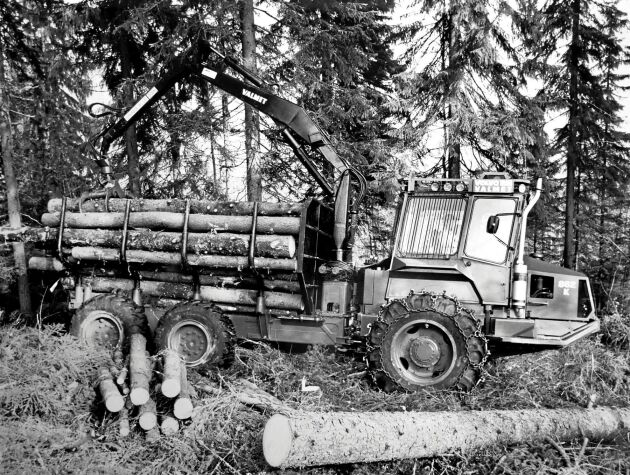 Volvo BM Valmete 862 K hade en pendlande framaxel som klarade att hålla maskinen i nivå vid hinder upp till 55 centimeter.