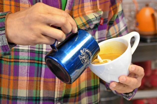 Koppen med kaffe kommer ofta med råd om hur det ska drickas. Långsamt till exempel, eller till och med skedvis.
