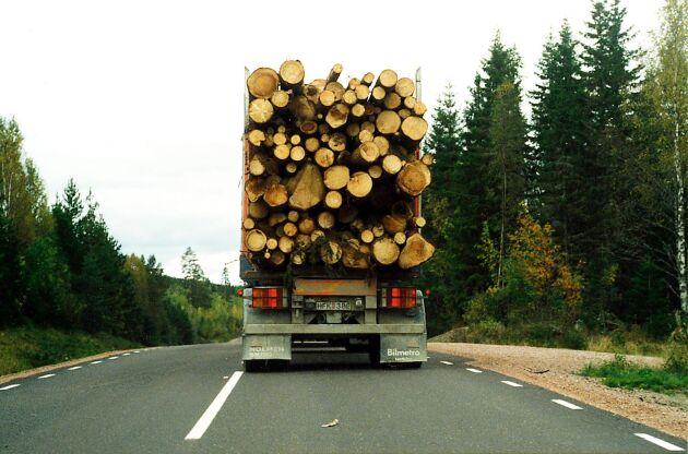 Timmerbilen välte efter att ha fått punktering.