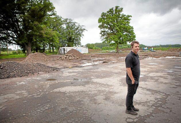 Mathias Persson vid platsen där elden härjade tidigare i år.
