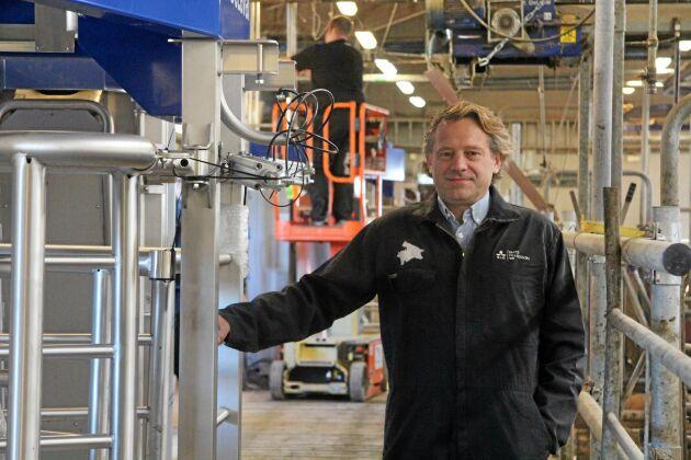Fyra nya DeLaval-robotar ersätter nuvarande mjölkningsutrustning på Lövsta lantbruksforskning. Mats Pehrsson, driftschef på Lövsta, leder installationsarbetet.