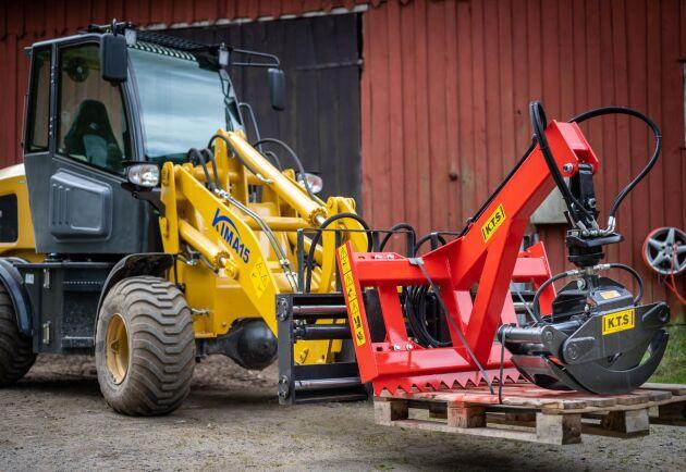 Har man som Tobias Eklind fyra sågverk på gården behövs det utrustning för timmerhantering.