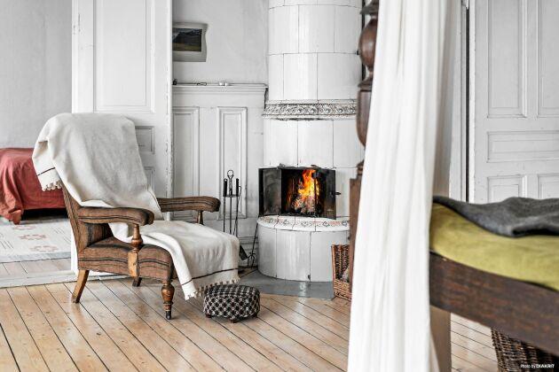 Kakelugnarna fanns för i många av hemmets rum. I sovrummen var de oftast de mindre runda modellerna.