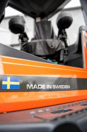 Blågul. Numera sitter den svenska flaggan på maskinen.