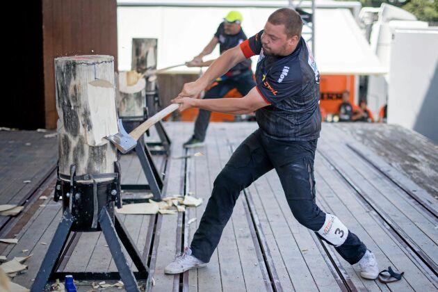 Pontus Skye är den svensk som kvalat in till finaltävlingarna. Här hugger han till under Nordiska mästerskapen.