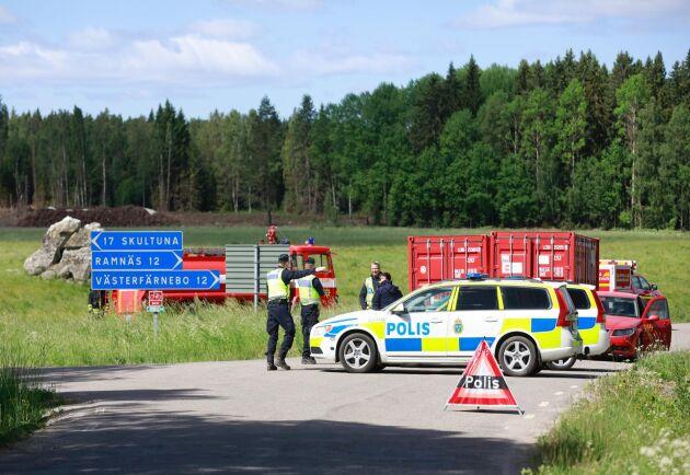 Fem helikoptrar och runt 150 personer från brandförsvaret, hemvärnet och försvarsmakten kämpar i nuläget mot lågorna. För Sveaskogs del är det omkring 200 hektar som brinner.