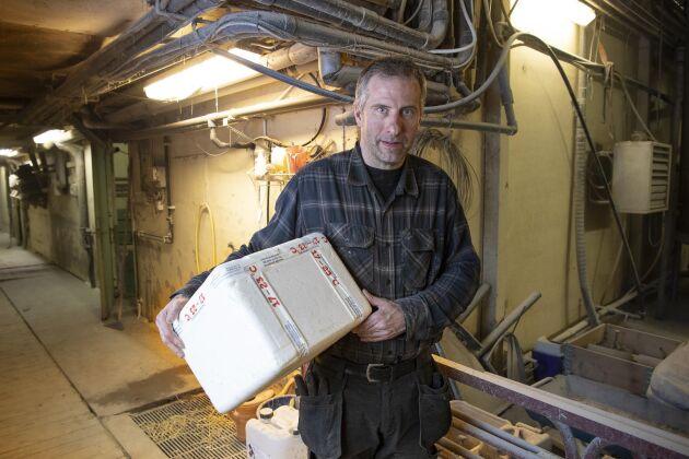 Semin levereras i frigolitlådor med krav på yttre temperatur på mellan 17 och 23 grader, berättar Fredrik Lindh.