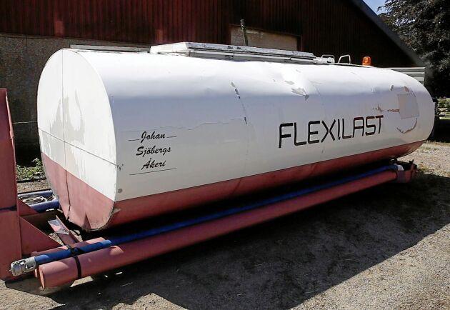 Köpevatten. En gång per dygn kommer tankbilen med full tank.
