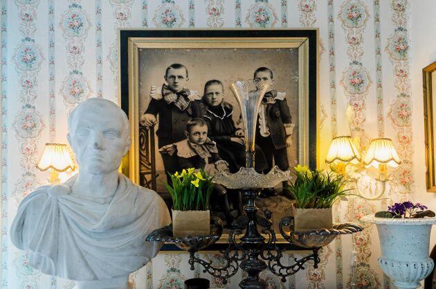 Överallt i caféet finns det roliga saker att titta på, som det antika porträttet av fyra bröder.
