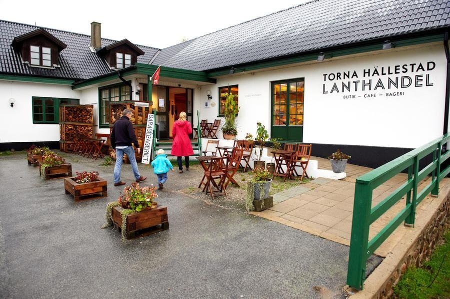 BYNS MITT Vackert handmålad skylt på den nyrenoverade lanthandeln i Torna Hällestad.