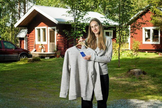 Första plagget LisaBergmark tillverkade i sin egen kollektion: En tröja tillverkad av ull från tre olika gårdar i Jämtland.