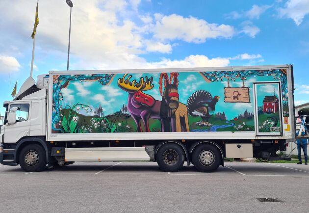 """På lastbilen finns Grådö och Falköpings nya symbol """"gråvlebocken"""" - en slags kentaur, men med bakdel av en mjölkko och framdel av en klassisk gävlebock."""