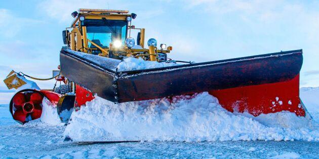 Väghyveln med egen snöslunga gör rent på fjället