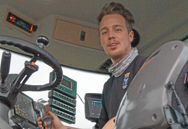 Bara några timmar efter olyckan var Johan tillbaka i traktorhytten.