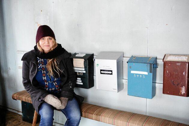 Louise och flera av de 26 andra bofasta i Abborrberg hämtar sin post i det gamla posthuset.