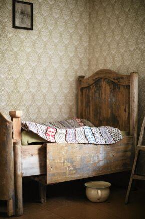 Den gamla utdragssängen med potta under är från 1800-talet. Nu står den i Magdas hus.