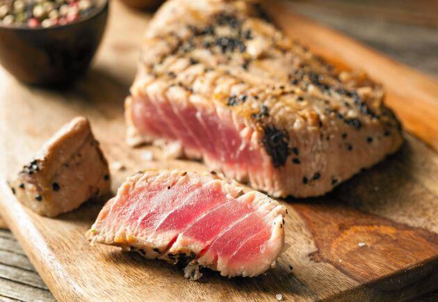 Grillad tonfisk passar fint med bulgur och frästa grönsaker.