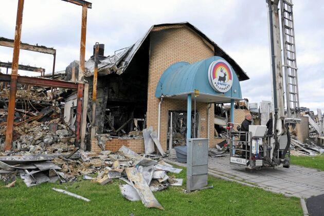 Bara entrén stod kvar när hela bagerianläggningen i Älvsbyn brann med till grunden förra sommaren.