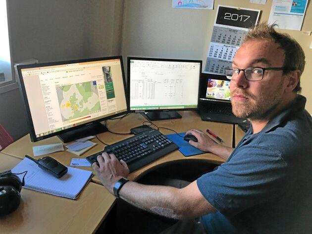 Stefan Herrlin, Platschef på Svenska Foder, kollar vädret på datorn för att ha lite framförhållning för mottagningen