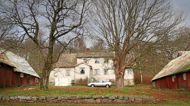 En hel gammal gård för 35000 kronor, men enormt mycket arbete behövs för att få den beboelig.