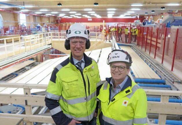Stolta och glada kunde Joakim Sveder och Maja Bergström visa upp Stora Ensos nya fabrik för CL-trä.