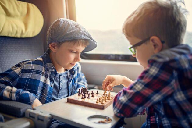 Långa tågresor är lika med mycket tid att fördriva. Små sällskapsspel tar inte mycket plats i packningen.