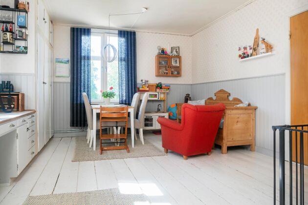 Det gamla köksgolvet har tagits fram och målats. Skåpluckorna är från 1950-talet.
