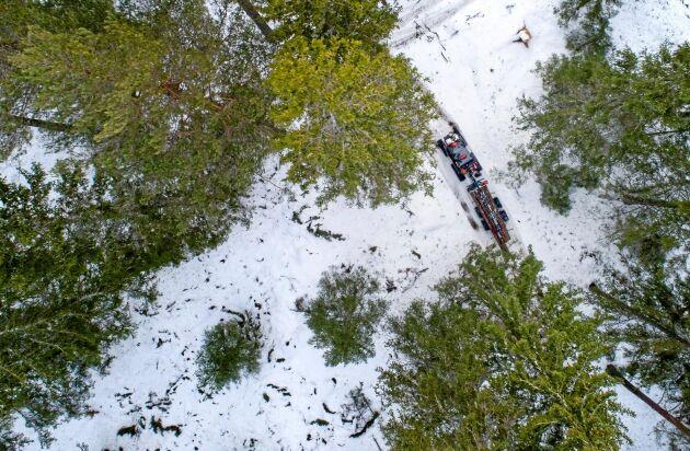 Snömaskin. Band istället för hjul på fyrhjulingen gör den mera till en året runt-maskin för den självverksamme skogsägaren som vill ut även när det är djupare snö.