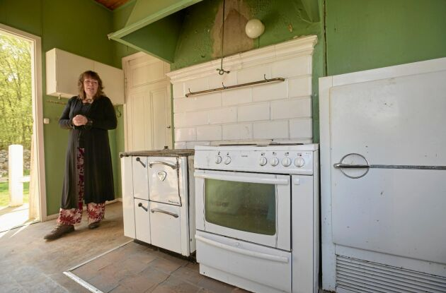Jette i det gamla köket som klarade flytten, men skall snart bytas ut