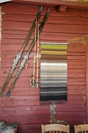 På stugans vägg hänger skidor som fin dekoration.