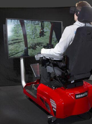 En av de anställda på Komatsu Forest kör simulator med VR-glasögon.