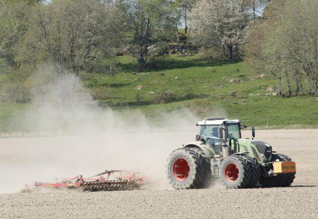 Fendt 939 pressar med harven på Stjernsunds gård söder om Askersund.