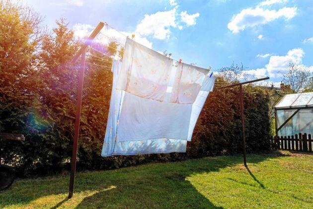 Vädra sängkläderna varje dag eller lämna dem i en hög i sängen på morgonen, och öppna sovrumsfönstret. Det här motverkar kvalster.