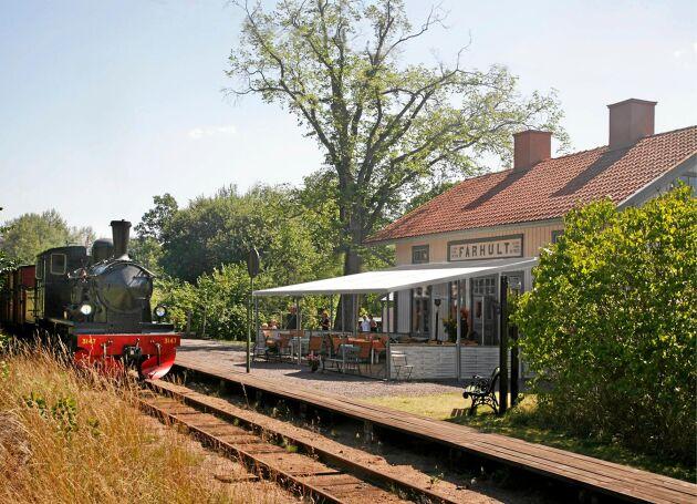 Den gröna tuppen ligger precis vid rälsen i Fårhults stationshus.