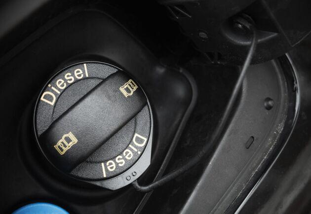 Dagens dieselpris är drygt en krona dyrare per liter i jämförelse med förra året. Arkivbild.