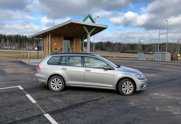 Målet med resan är att tanka nya Golf Sportsbombi TGI på Sveriges färskaste biogasmack. Bilen är utrustad med en fyrcylindrig 1,5-liters turbomotor på 130 hästkrafter.