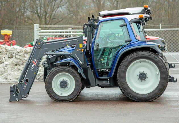 Traktorn kan också erhållas med lågbyggd hytt. Man når då med industridäck under 2,4 meter. Intressant för dem som röjer snö på cykelbanor med låga tunnlar.