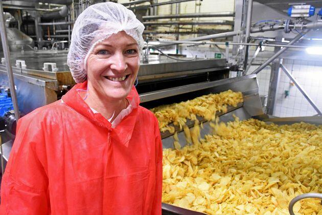 Efter att chipsen friterats börjar de se ut som de gör som slutprodukt i påsarna. Sofi Randén säger att hon smakar på chips nästan varje dag.
