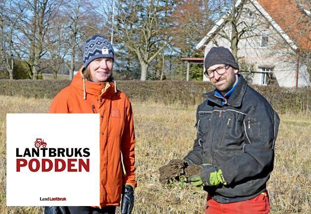 Lantbrukaren Martin Krokstorp och forskaren Katarina Hedlund på Krokstorps gård.