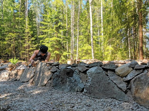 Grunden läggs med stenar som Erik hämtat med Grållen.