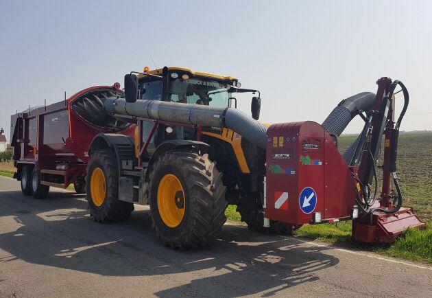 Liknande försök att samla in grönmassa pågår även utomlands. Här är en bild på specialmaskinen Vergenair som slår en brittisk vägkant.