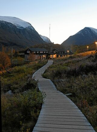 Kebnekaise fjällstation ligger nära bergets fot. Därifrån är det knappt en mil kortaste vägen till sydtoppen.